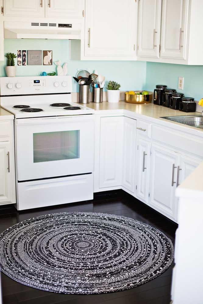 A maioria dos tapetes de crochê segue o formato retangular ou quadrado, mas olha como o modelo redondo fica lindo.
