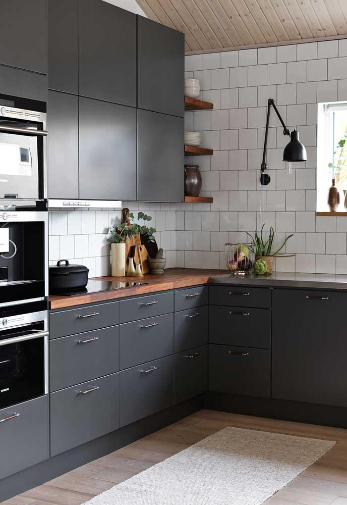 Para dá uma equilibrada no ambiente, principalmente, se os móveis forem mais escuros, prefira escolher tapetes nas cores mais claras.