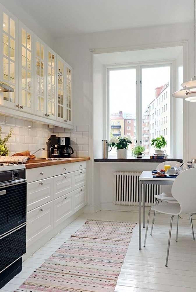 Mas se a sua intenção é fazer uma decoração única, siga o mesmo tom dos móveis e elementos decorativos.