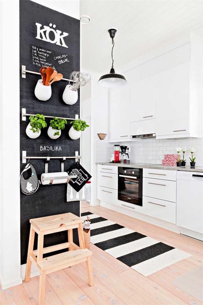 A combinação das cores preta e branca é uma opção perfeita para decorar ambientes como a cozinha.