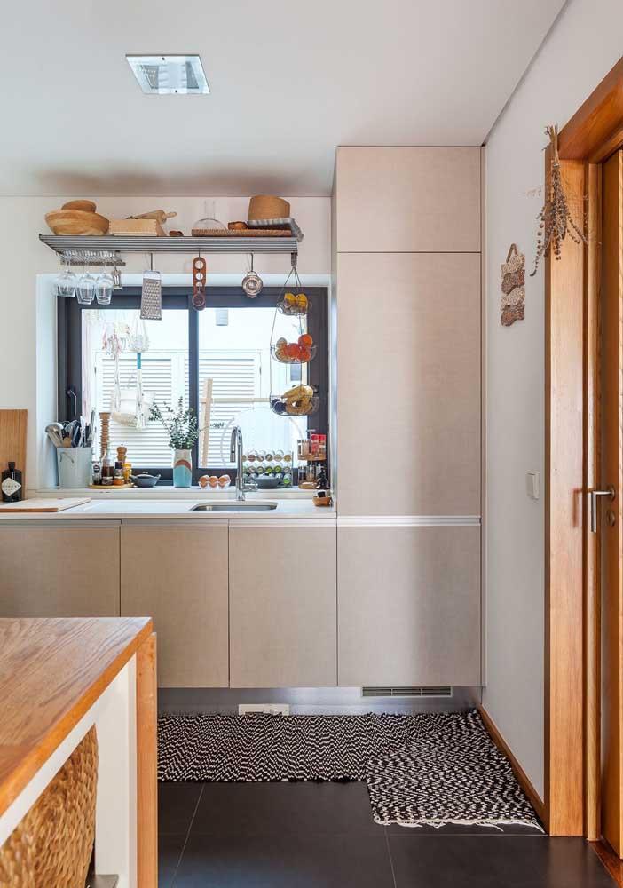Não sabe o melhor lugar para colocar o tapete na cozinha? Posicione-o próximo ao armário, sem erro.
