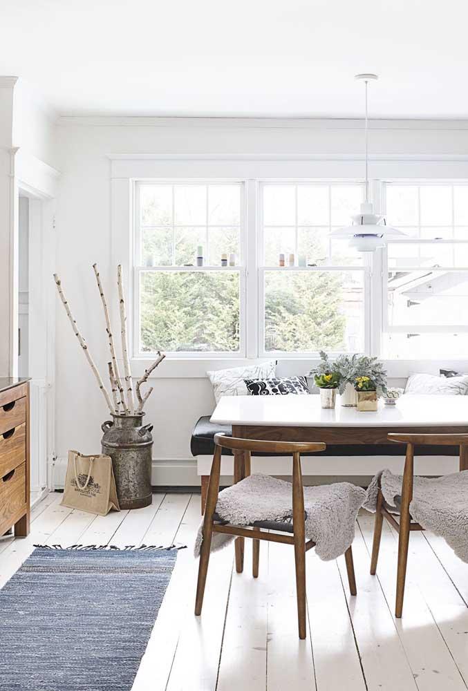 O tapete de crochê se comporta muito bem em qualquer estilo de decoração, como é o caso desse modelo mais rústico.