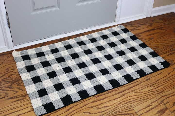 Que tal misturar as cores branca, preta e cinza na hora de fazer um tapete de crochê para decorar a sua cozinha?
