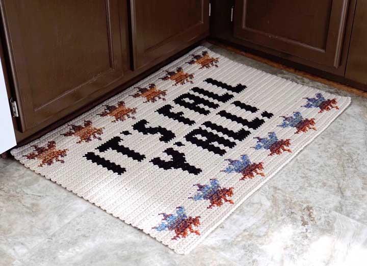 Uma grande tendência em tapetes de crochê é bordar frases que combinam com o ambiente.