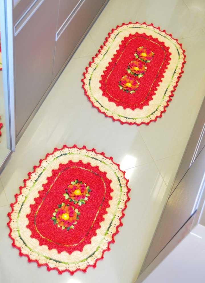 Ao invés de usar apenas um tapete na cozinha, que tal investir em dois modelos diferentes, mas mantendo o mesmo tom?