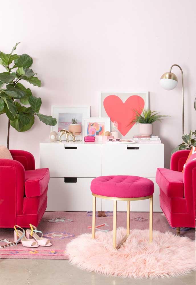 Vários tons de rosa foram usados nessa decoração, mas o grande destaque fica por conta das poltronas no tom rosa pink.