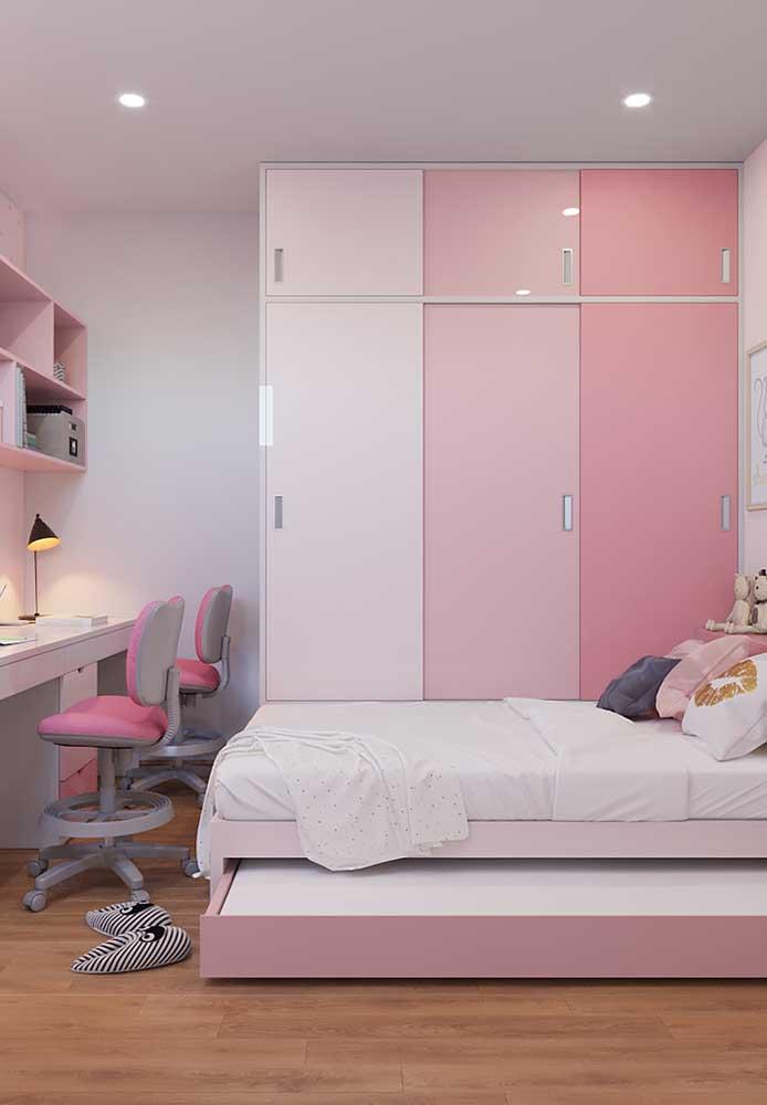A combinação das cores rosa e branca fica perfeita na decoração do quarto de adolescente.
