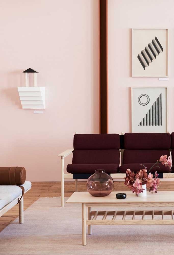 A parede pintada no tom rosa bem suave deixa o ambiente mais tranquilo e suave.