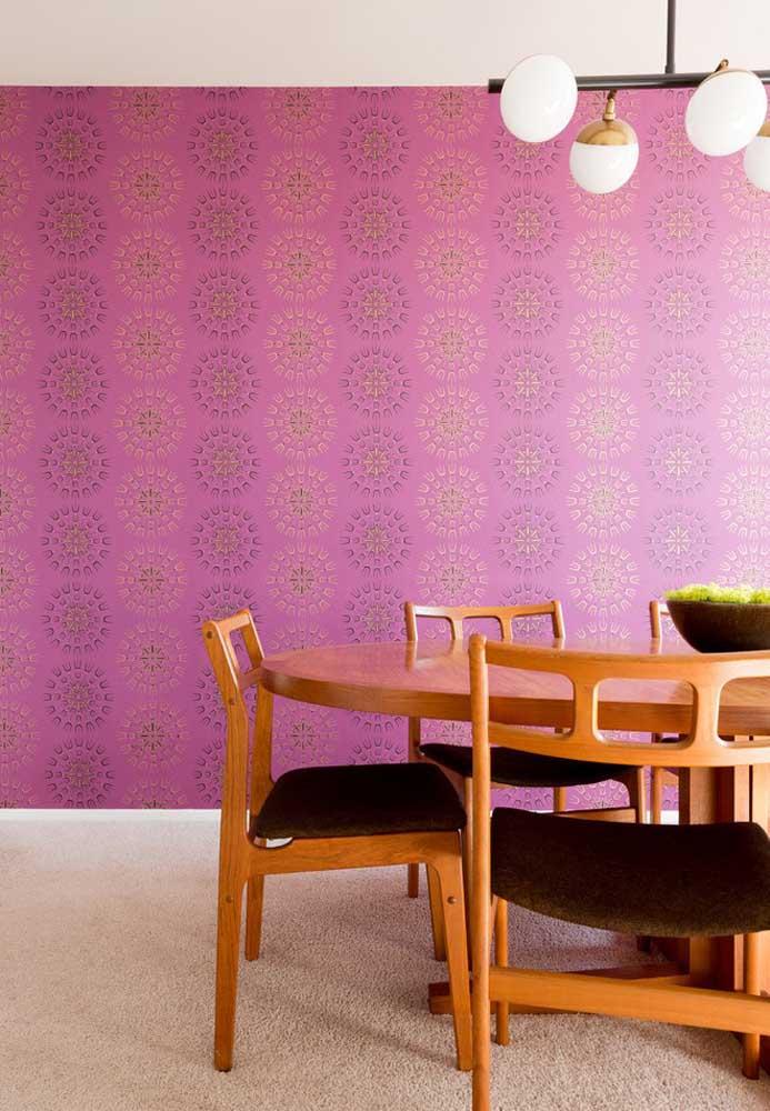 Não quer uma parede toda rosa? Que tal usar apenas um papel de parede com estampa nesse tom?