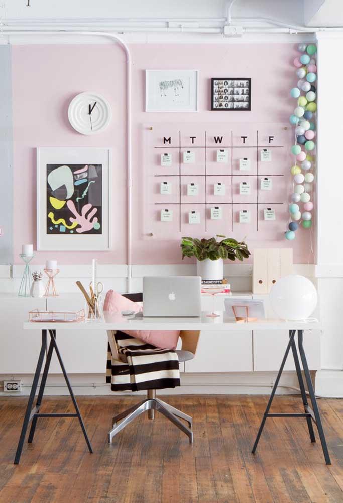 Quer ter um ambiente mais tranquilo e inspirador para você trabalhar ou estudar? Pinte a parede na cor rosa.