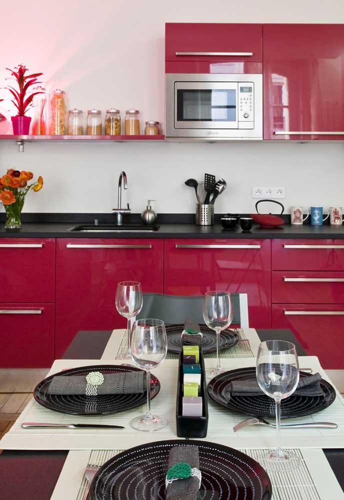 O que acha de fazer uma combinação com as cores preto e rosa na hora de decorar a cozinha?