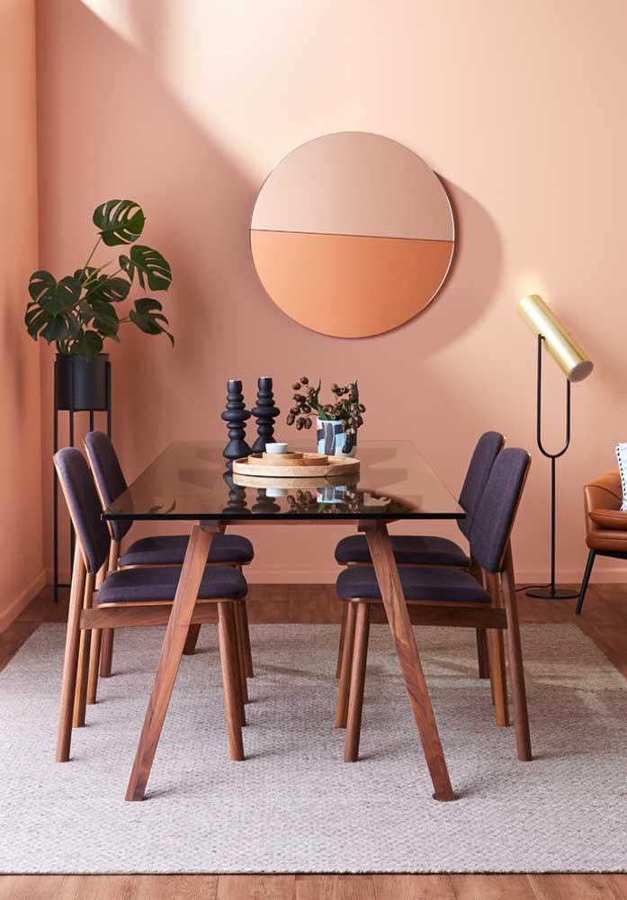 O tom de rosa faz uma combinação perfeita com a cor azul e móveis de madeira.