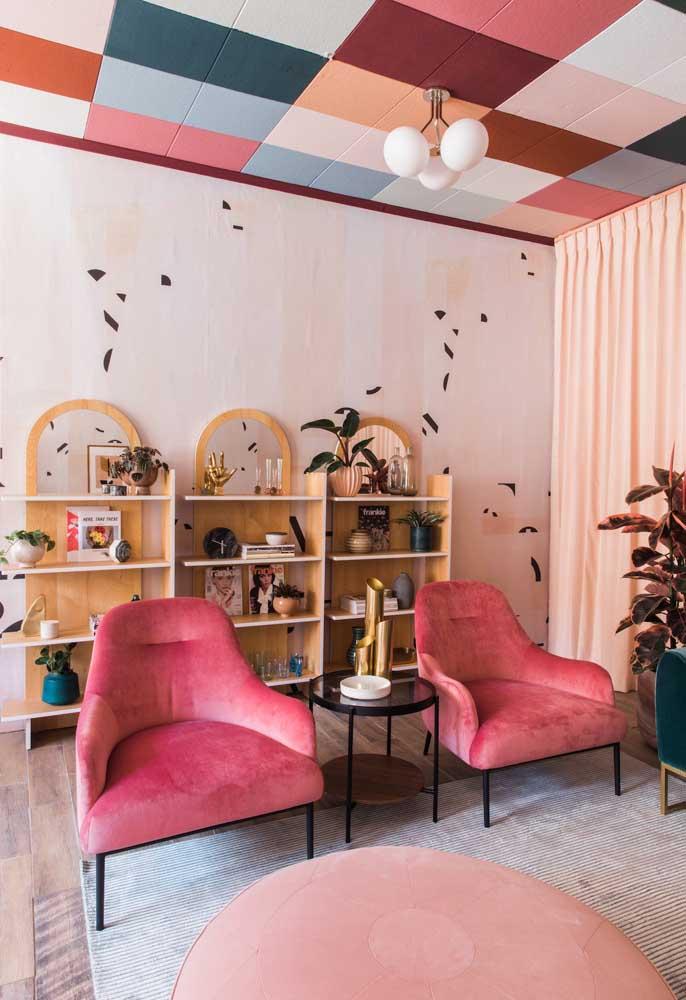 O que acha de fazer um teto colorido para combinar com o restante da decoração da sala de estar?