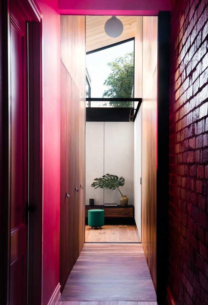 Deseja ter uma decoração mais rústica? Use móveis de madeira, parede de tijolos e arrase na cor rosa.