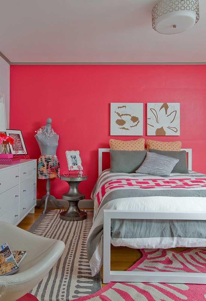 Se você deseja ter um quarto bem feminino, aposte na parede totalmente rosa e use e abuse de itens decorativos no mesmo tom.