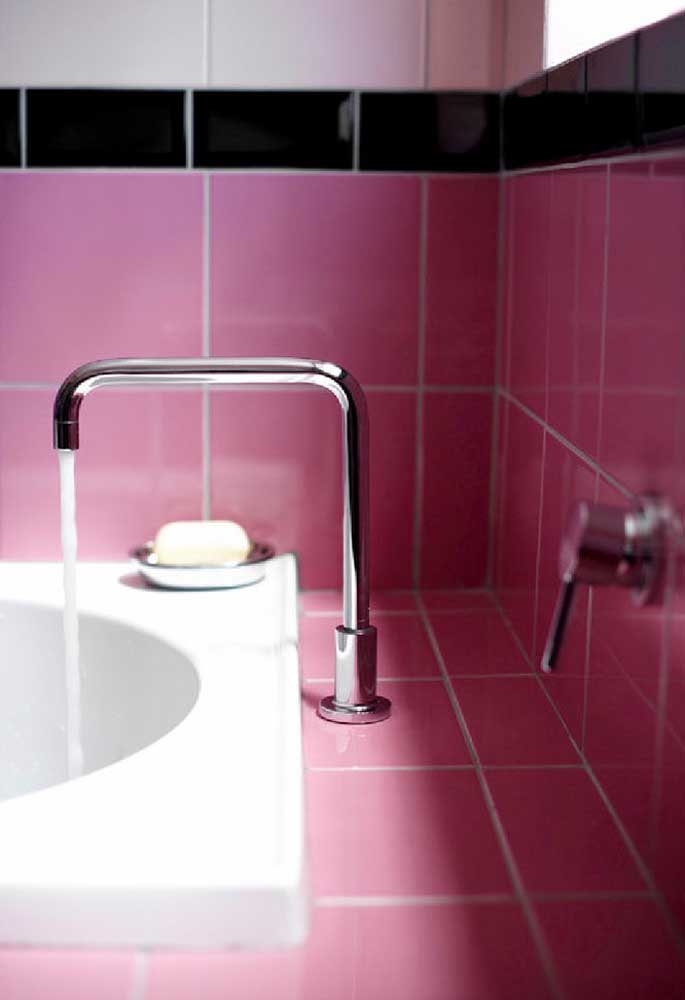 Se não quiser fazer um banheiro totalmente rosa, use apenas a área da pia com um tom mais forte.