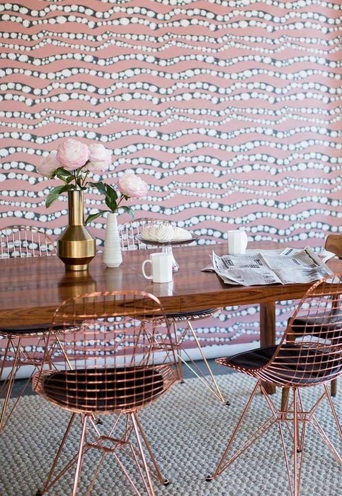 Que papel de parede diferente e interessante para colocar na sala de jantar.