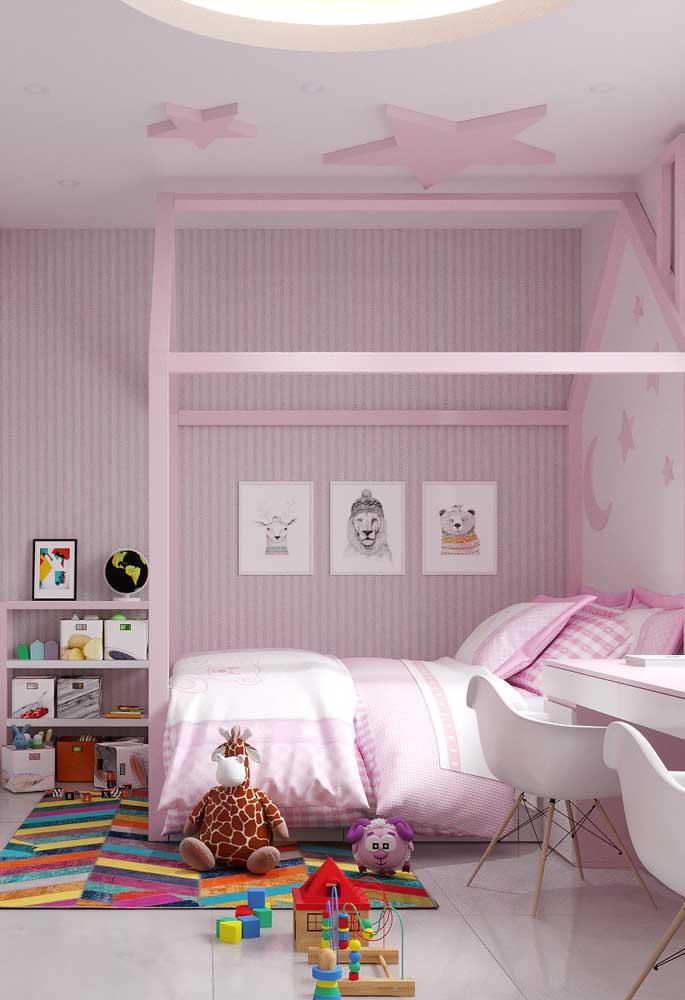 O quarto infantil fica ainda mais bonito quando decorado com vários tons de rosa, do teto ao piso.
