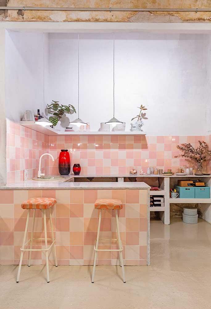 Que tal fazer uma mistura de cores com os azulejos da cozinha? Use vários tons de rosa e complemente com cores mais neutras.