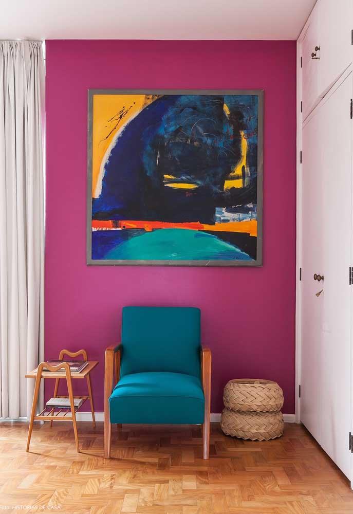 Olha como um quadro diferente consegue destacar ainda mais a parede pintada no tom de rosa.