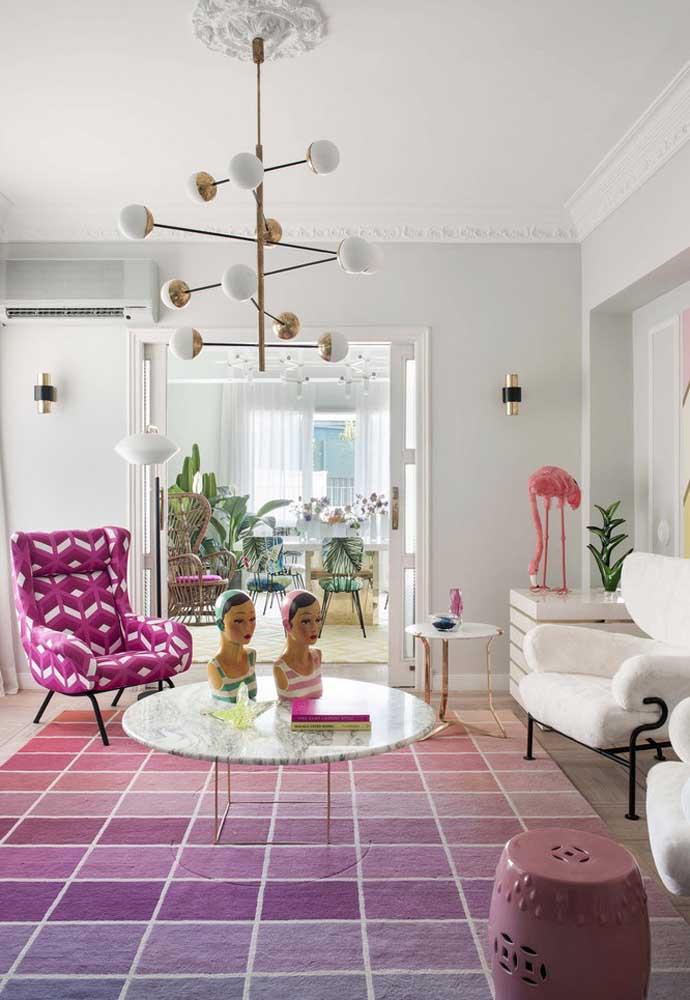 A decoração da sala de estar fica perfeita quando você faz uma combinação com diferentes tons de rosa e ainda acrescenta a cor branca.