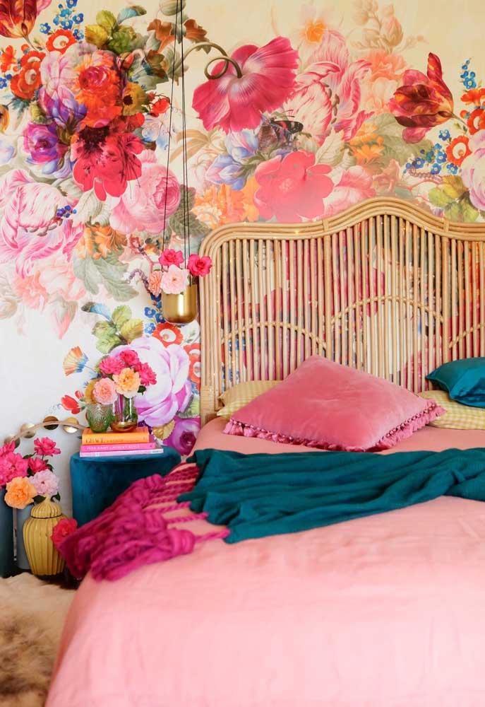 Que tal fazer uma decoração no quarto no estilo bem romântico? Experimente usar um papel de parede nesse modelo.