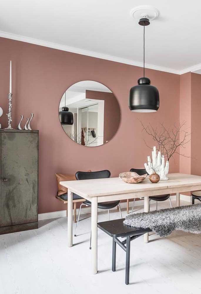 Uma mistura de rusticidade com modernidade, presentes nas cores e móveis do ambiente.