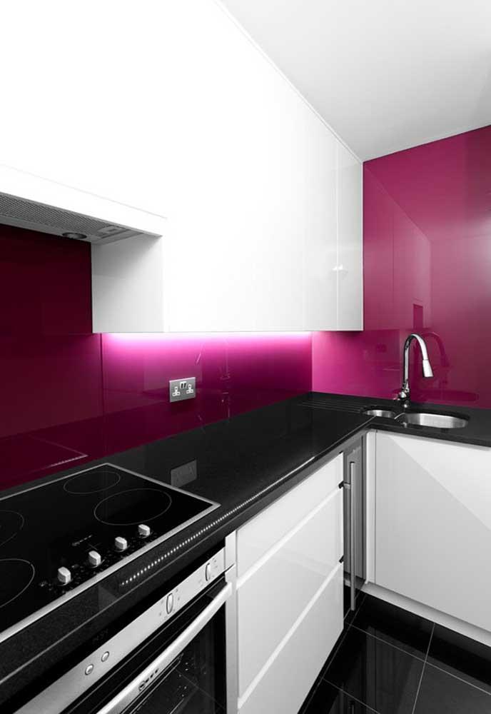E esse tom de rosa bem chocante? Para dá uma equilibrada na decoração, use móveis brancos.