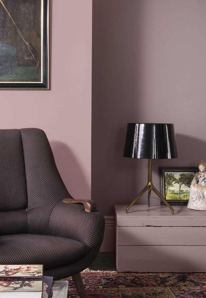 Olha o charme que fica a decoração de um ambiente quando se usa tons de rosa com alguns elementos decorativos na cor preta.