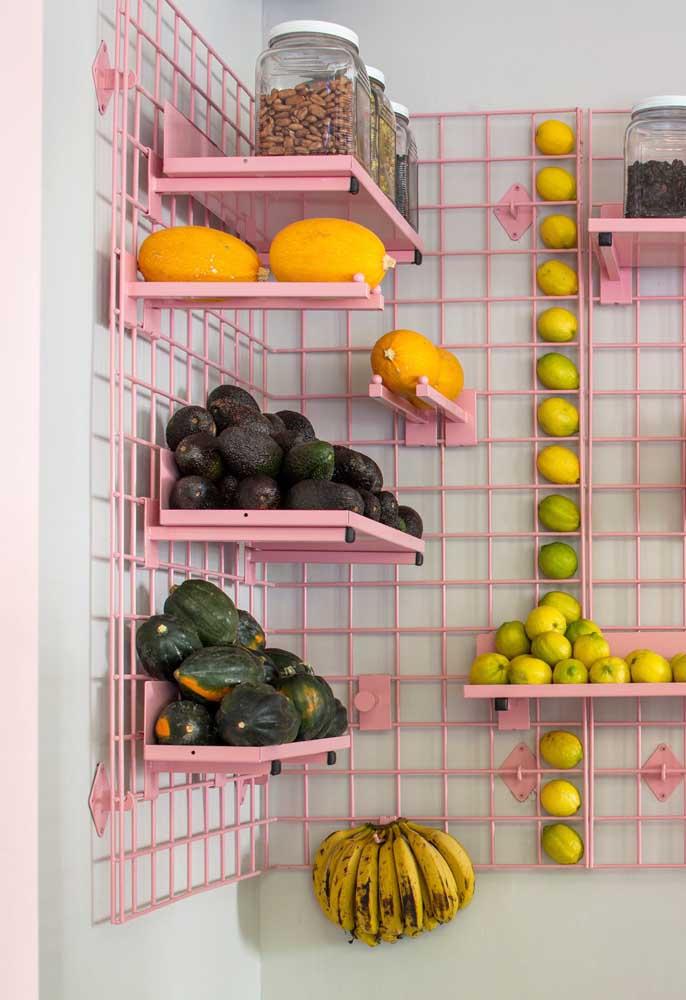 Se a intenção é apenas usar alguns elementos decorativos no tom de rosa, experimente essas prateleiras diferentes.