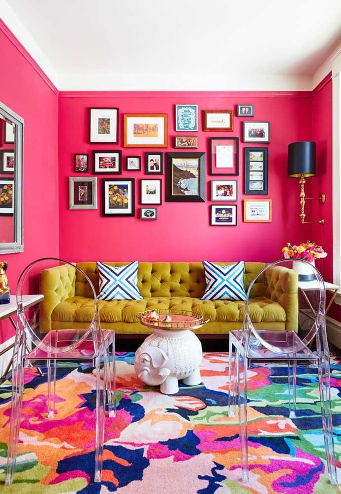 Quer um ambiente bem chamativo? Pinte a parede de rosa e coloque um tapete colorido na sala de estar.