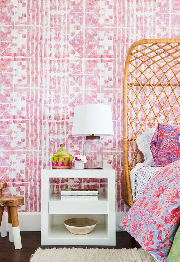 Existem diferentes estampas de papel de parede no mercado. Com certeza, algum deve agradá-lo como esse modelo usado neste quarto.