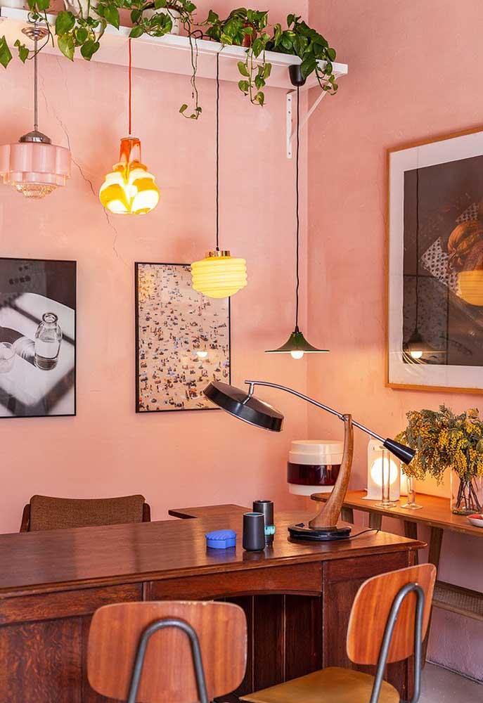 Os móveis de madeira deixam o ambiente com um estilo mais rústico. Se combinado com tons de rosa, você ganha um cômodo extremamente charmoso.