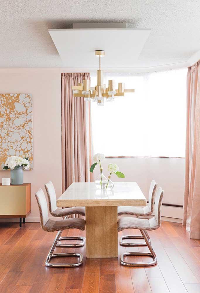 Nesse caso, o tom de madeira foi usado no piso e o tom de rosa nos elementos decorativos.