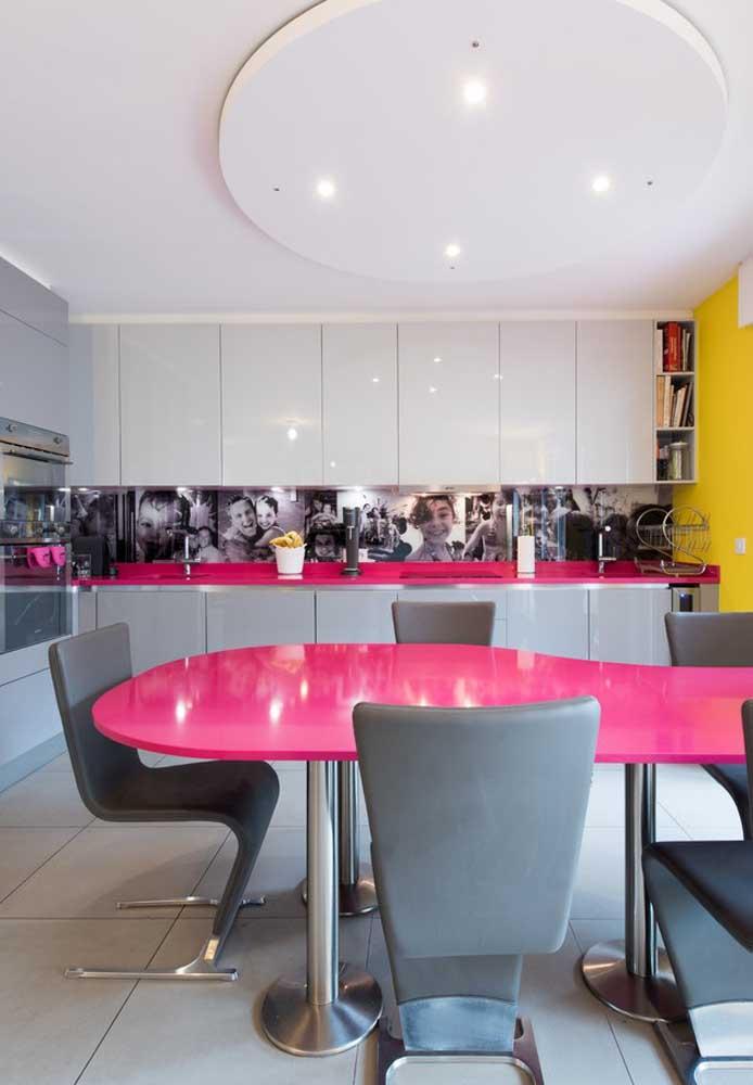 A cor pink é sempre chamativa, independente do ambiente. Mas se você combinar com a cor cinza, a decoração fica equilibrada, moderna e sofisticada.