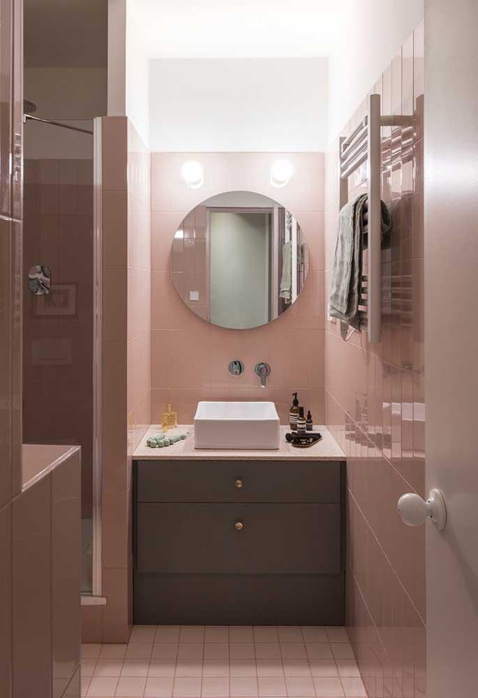 A combinação do tom de rosa com a cor cinza também pode ser usada no banheiro.