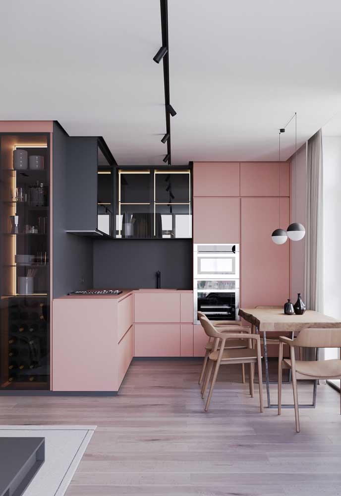 Os tons de rosa mais suaves quase que se confundem com o tom amadeirado dos móveis.