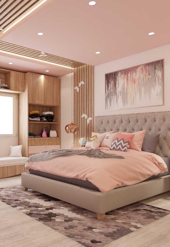 Olha como esse quarto ficou espaçoso e aconchegante com a decoração usando os tons de rosa e cinza.
