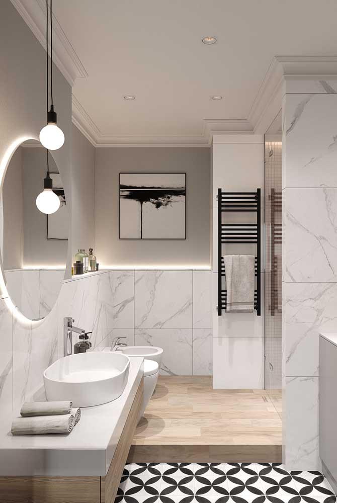 Azulejo de banheiro neutro em modelo que imita mármore. Repare que a aplicação do azulejo não foi expandida por toda a parede