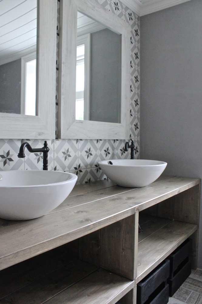 A parede do espelho contou com azulejo de estilo retrô combinando com o restante do ambiente