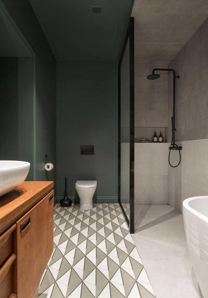 Banheiro moderno, em estilo industrial, com azulejos brancos na parte baixa das paredes do box