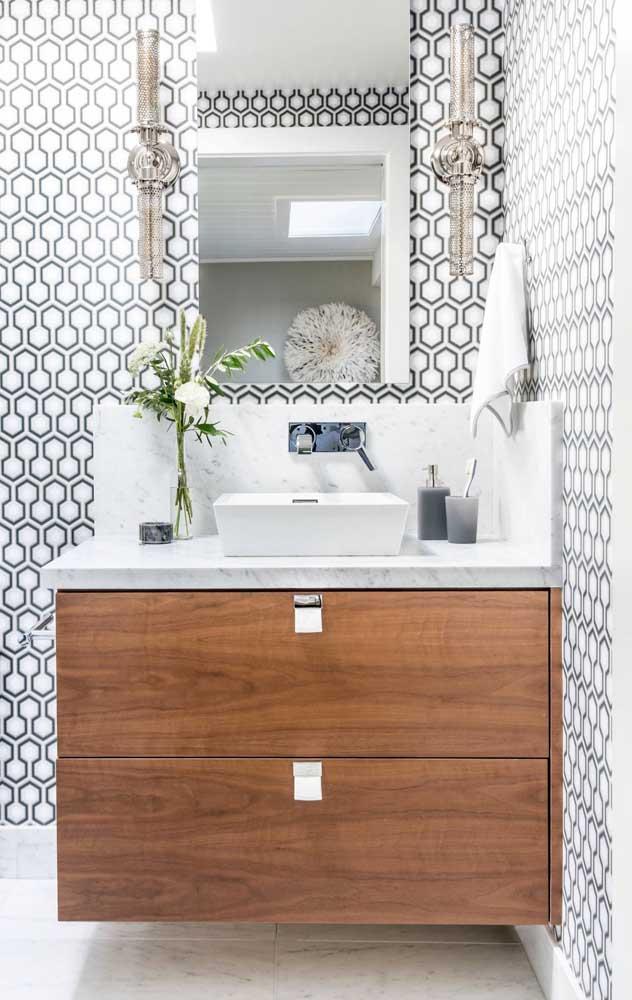 Azulejo de banheiro com desenhos ornamentais em branco e verde