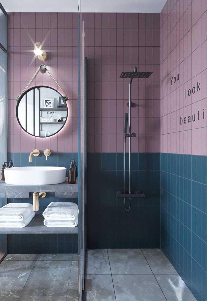 Esse banheiro cheio de estilo contou com azulejos rosas e azuis em partes diferentes das paredes