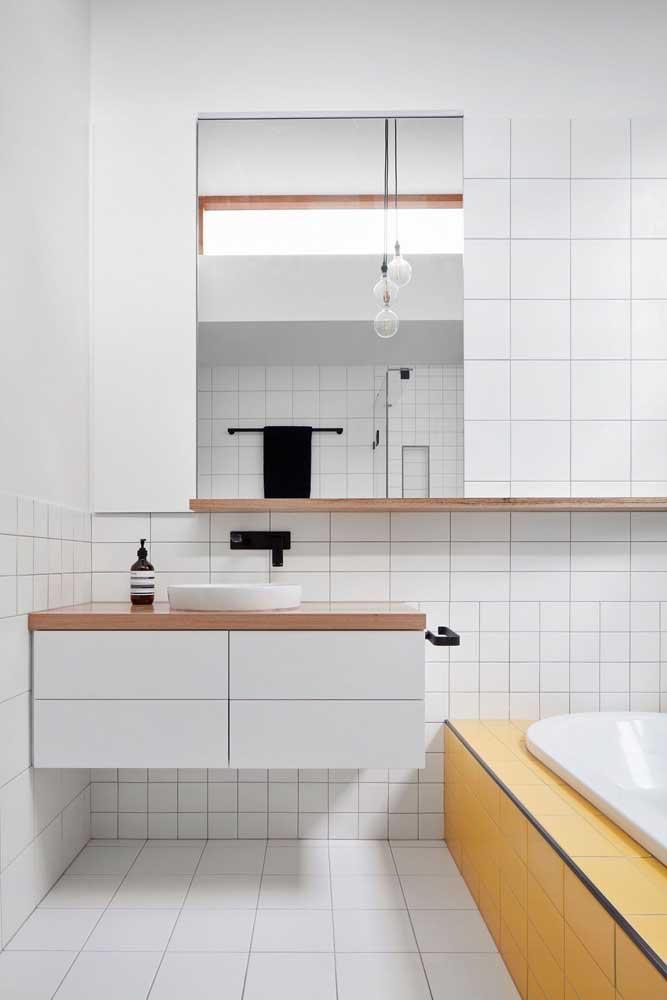 A escolha para este banheiro branco foram os azulejos quadriculados em tamanhos diferentes
