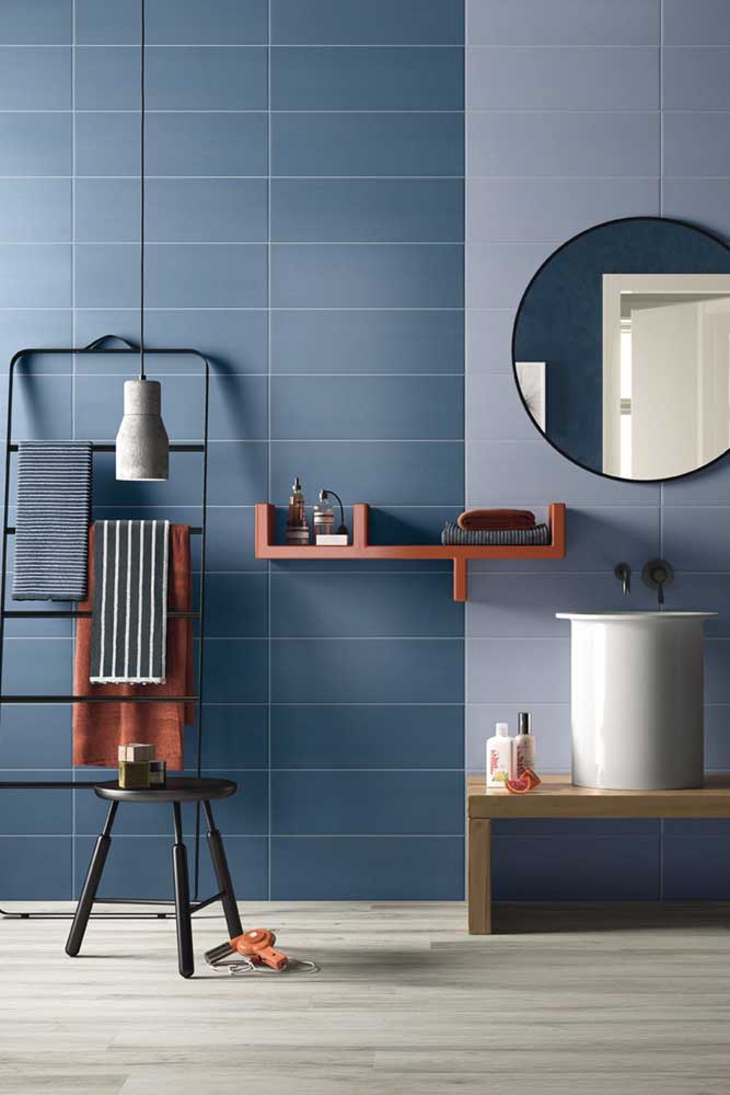 Escolher azulejos da mesma cor, só que em tons diferentes, é uma ótima opção para valorizar o design do espaço