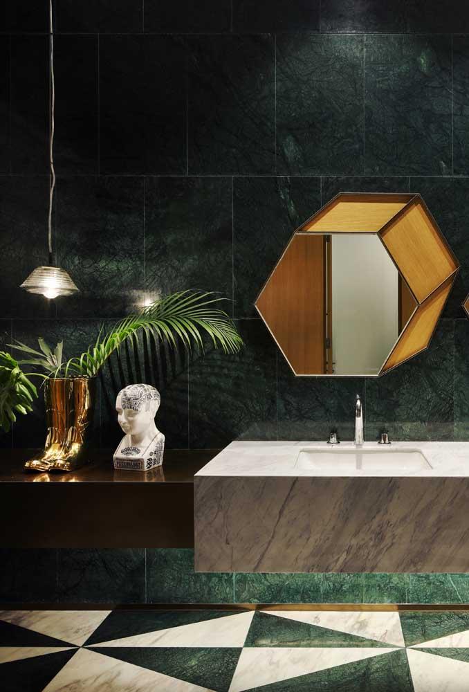 Esse banheiro apostou em azulejos retangulares de tom verde escuro, garantindo um toque moderno e sofisticado ao ambiente