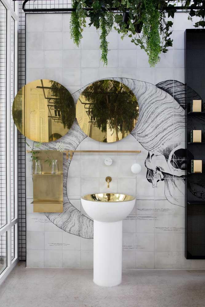 Esse banheiro moderno destaca um azulejo de tom neutro formando uma figura na parede