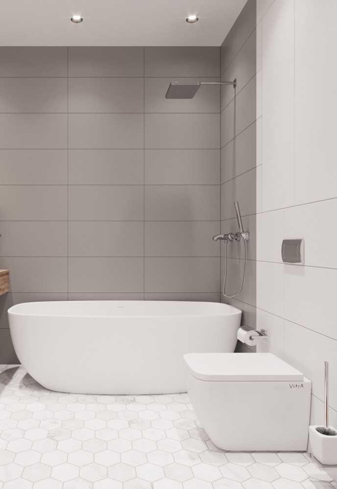 Banheiro clean e simples com azulejos em tons de branco e cinza