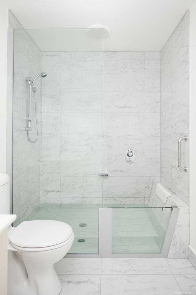 Banheiros em tons claros são os preferidos; para conseguir esse efeito foi usado aqui azulejos brancos com pequenos detalhes em cinza