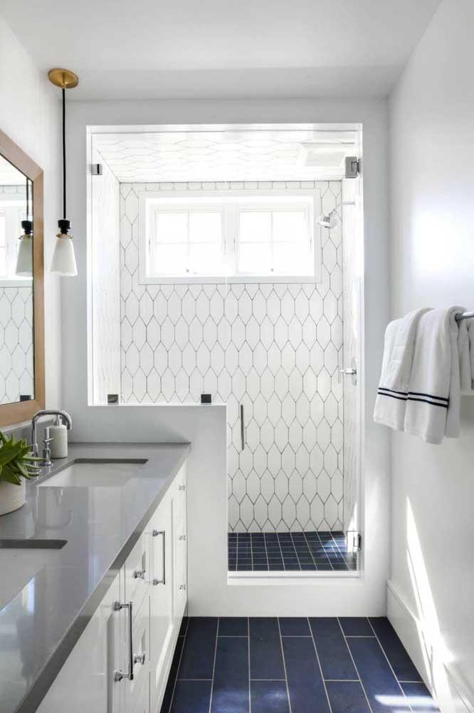 Um truque ótimo para quem aprecia um banheiro mais colorido, mas tem medo de errar na mão: aposte em um piso com cor e nas paredes prefira azulejos brancos